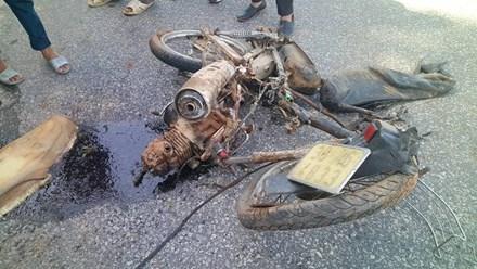Xe bán tải đâm xe máy văng 30m, 2 nữ sinh thương vong - 1