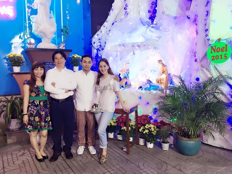 """Khánh Thi bị """"soi"""" khi đứng cạnh bố mẹ chồng trẻ đẹp giàu có - 12"""