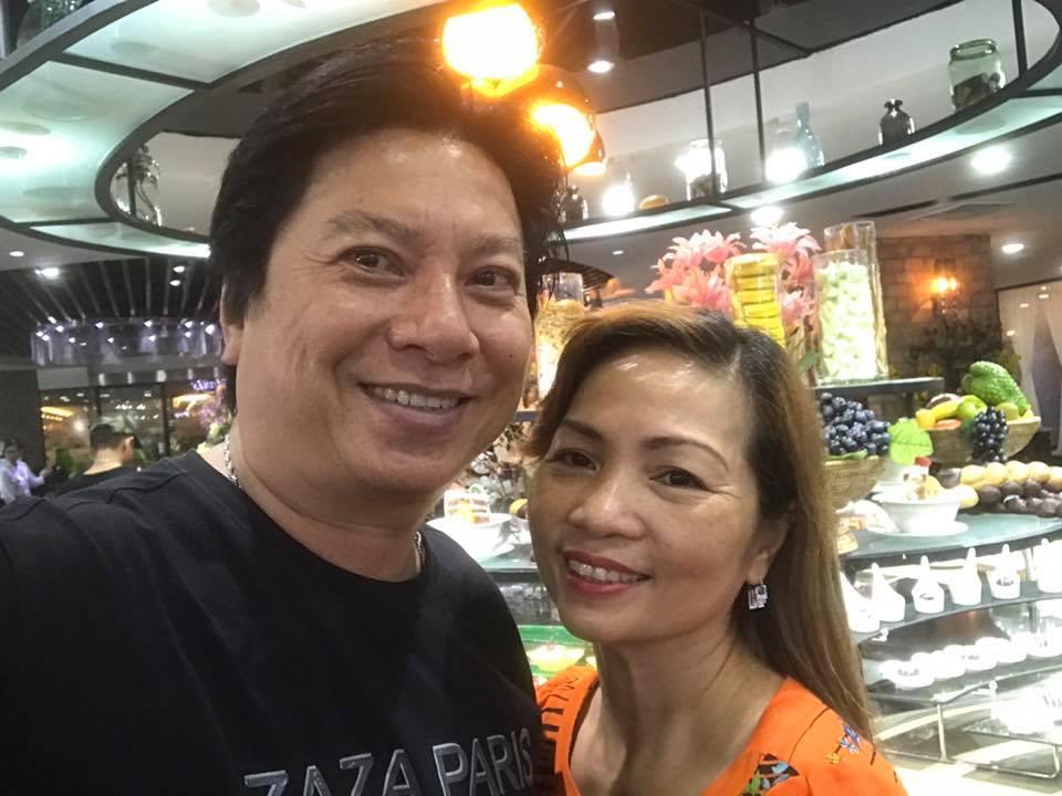 """Khánh Thi bị """"soi"""" khi đứng cạnh bố mẹ chồng trẻ đẹp giàu có - 11"""