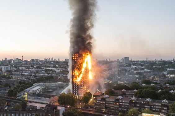 Nạn nhân vụ cháy London ôm nệm nhảy từ tầng cao xuống - 1