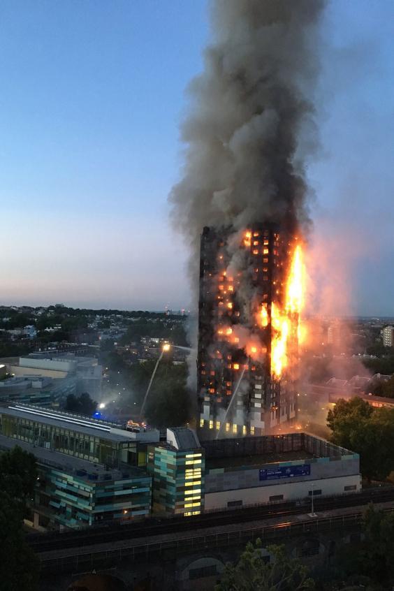 Nạn nhân vụ cháy London ôm nệm nhảy từ tầng cao xuống - 2