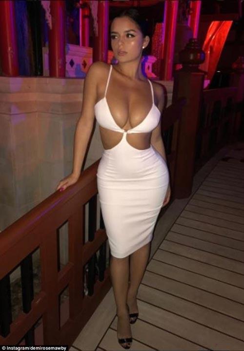 Thót tim vì váy như sắp đứt dây vì vòng 1 nặng trĩu của Demi Rose - 1