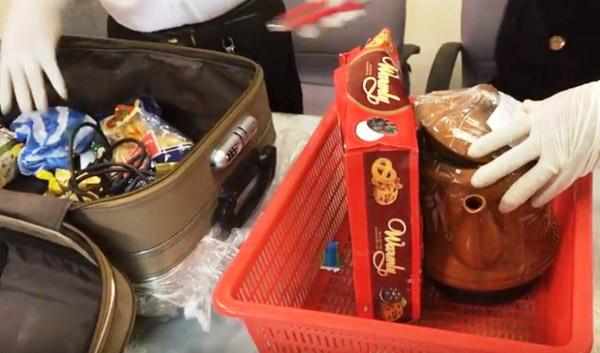 Bí mật bạc tỷ trong hộp bánh quy qua cửa khẩu sân bay Tân Sơn Nhất - 1