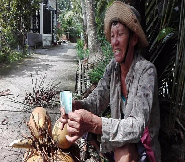 Chùm ảnh: Cụ bà 60 tuổi vẫn phải kiếm sống trên ngọn dừa - 9
