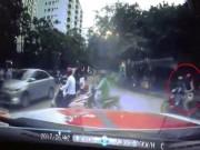 Bạn trẻ - Cuộc sống - Sốc: Cô gái đi xe máy bị sàm sỡ trên phố Hà Nội