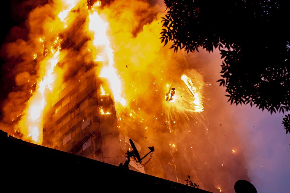 Người mẹ ném con từ tầng cao khỏi vụ cháy London - 1