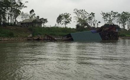 500 người tụ tập, đánh đắm tàu cuốc trên sông Hồng - 1