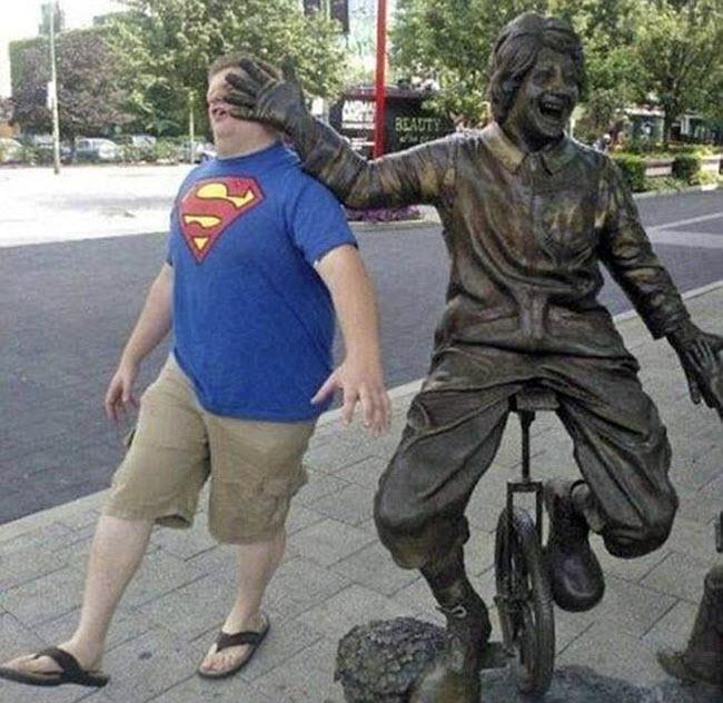 Người đi đường dường như nhận cú tát đau điếng từ bức tượng người đạp xe.
