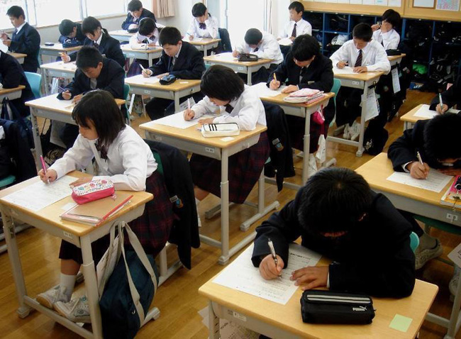 1. Đi học đúng giờ. Các trường học trên thế giới đều quy định học sinh phải đến trường đúng giờ, tuy nhiên quy tắc này đặc biệt quan trọng trong nền giáo dục Nhật Bản. Học sinh ở Nhật thường được yêu cầu đến trường lúc 8h30 sáng, nếu đến muộn sẽ phải nhận các hình phạt như dọn vệ sinh sớm hơn vào tấc cả các buổi sáng trong tuần sau đó.
