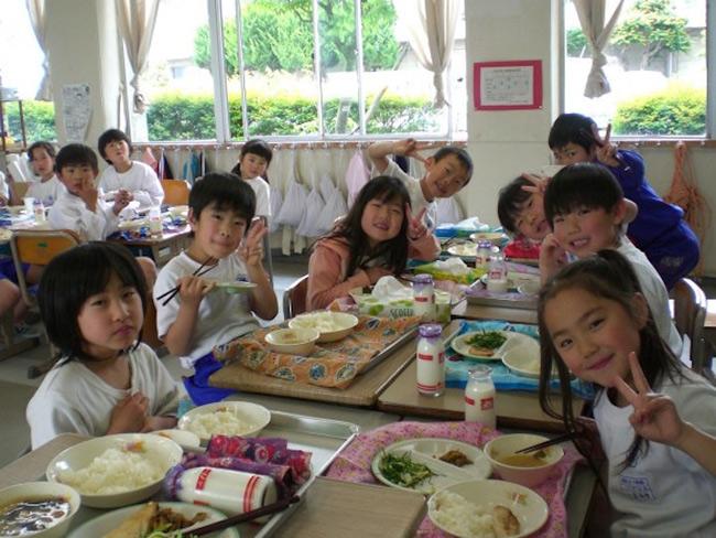 3. Ăn trưa trong lớp học. Thay vì các quán ăn, học sinh Nhật Bản sẽ sắp xếp bàn ghế hoặc trải thảm giữa phòng học để ăn trưa. Các bữa ăn có thể do đầu bếp của trường hoặc cha mẹ chuẩn bị từ trước. Đặc biệt, học sinh bắt buộc phải tuân thủ quy định không được để thừa thức ăn.
