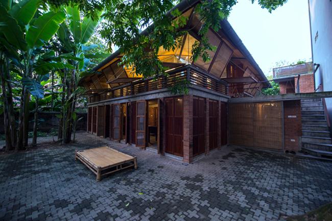 Ngôi nhà có tên  Gentle House , là sản phẩm của kiến trúc sư Lê Lương Ngọc và cộng sự, tọa lạc tại khu vực Hoàn Kiếm, ngay trung tâm thủ đô Hà Nội.