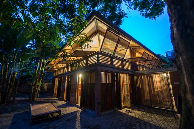 Ngôi nhà có 2 tầng, được xây hoàn toàn bằng gạch nung mộc và tre.
