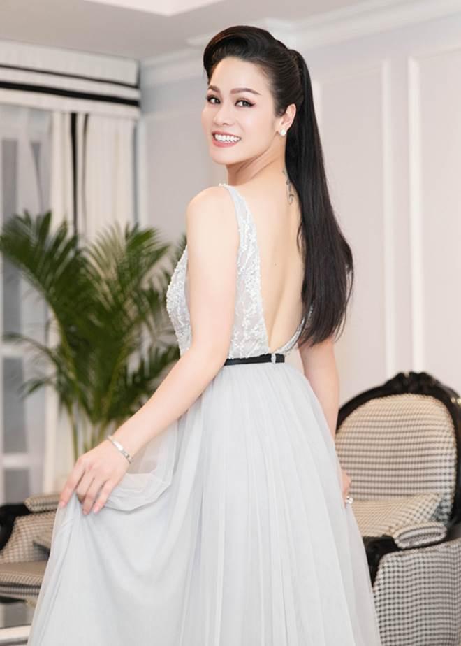 """Nhật Kim Anh khoe dáng nuột nà với váy """"trống trước hở sau"""" - 1"""