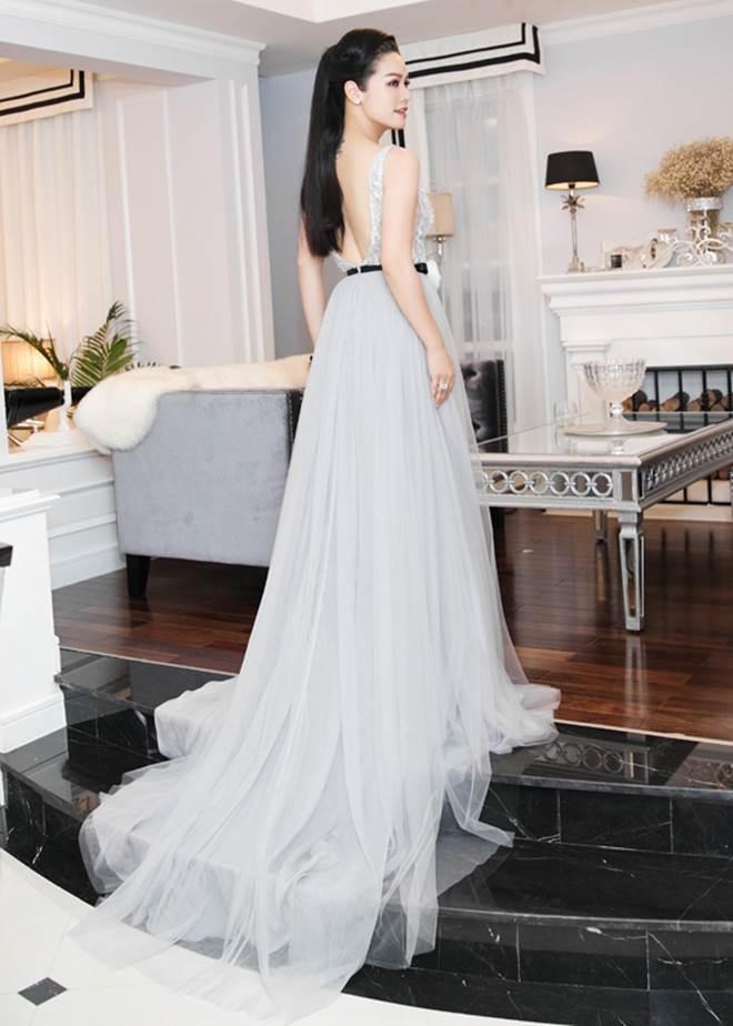 """Nhật Kim Anh khoe dáng nuột nà với váy """"trống trước hở sau"""" - 3"""