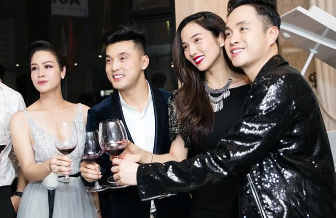 """Nhật Kim Anh khoe dáng nuột nà với váy """"trống trước hở sau"""" - 8"""