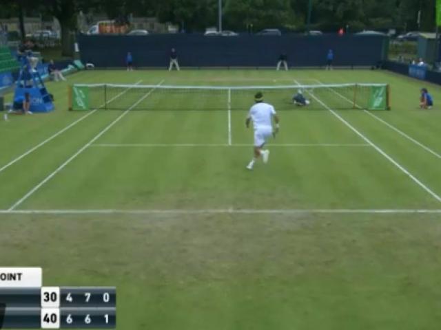 Tennis: Ngã sấp mặt vẫn ghi điểm kinh điển như Nadal