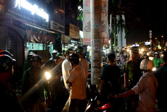 Grabbike và xe ôm truyền thống hỗn chiến, cảnh sát nổ súng trấn áp - 1