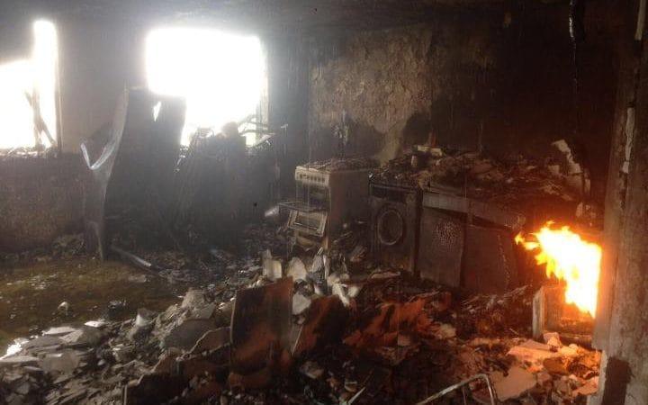 Hình ảnh ghê sợ bên trong chung cư London bị lửa thiêu - 2