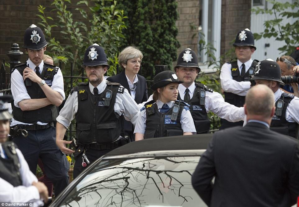 """Đám đông gọi Thủ tướng Anh là """"đồ hèn"""" sau vụ cháy London - 1"""
