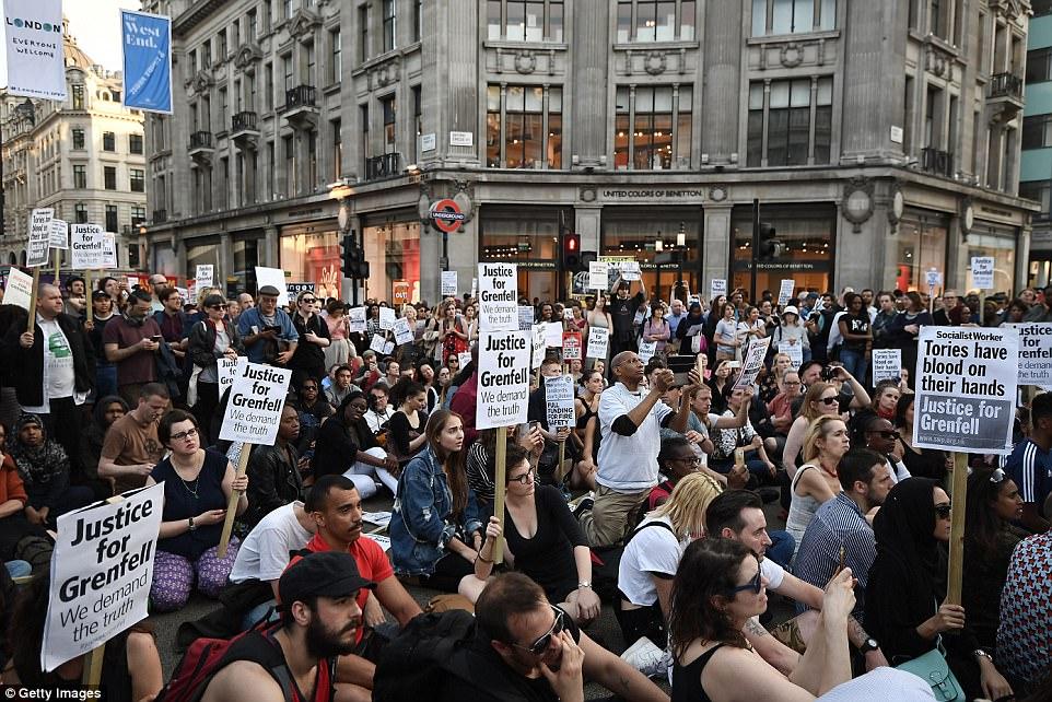 """Đám đông gọi Thủ tướng Anh là """"đồ hèn"""" sau vụ cháy London - 3"""
