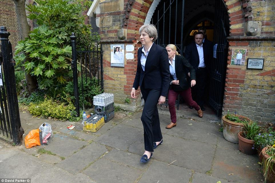 """Đám đông gọi Thủ tướng Anh là """"đồ hèn"""" sau vụ cháy London - 4"""