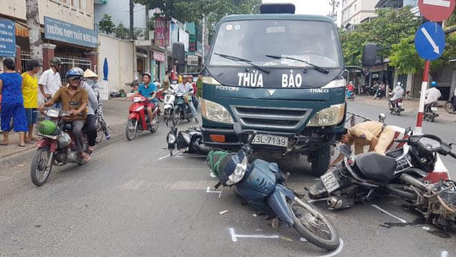 Xe tải mất thắng tông hàng loạt xe máy chờ đèn đỏ - 1
