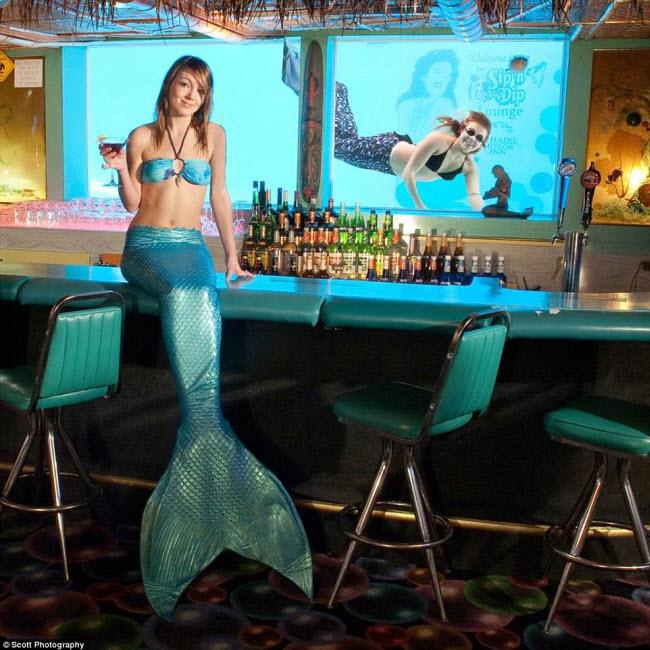 """Sip 'n Dip Lounge, Mỹ: Quán bar ở thành phố Great Falls thuộc bang Montana có hình thức giải trí vô cùng độc đáo, với """"các nàng tiêng cá"""" bơi trong bể kính. Màn trình diễn ấn tượng này được tổ chức vào 5 đêm mỗi tuần."""
