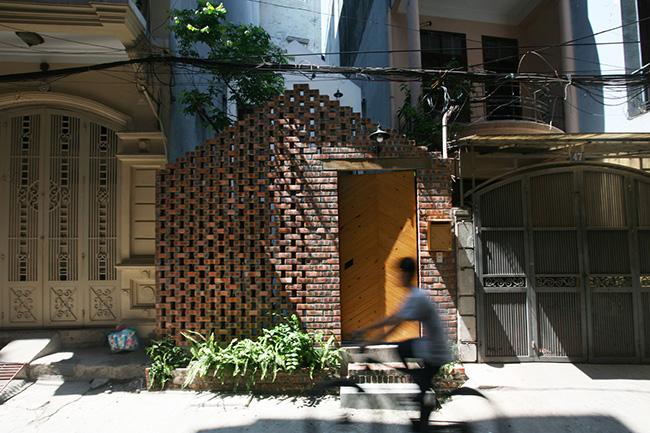 Ngôi nhà nằm trong một phố Hà Nội điển hình được thiết kế cho một thanh niên vừa mới trở về quê hương sau một thời gian dài sống ở nước ngoài.