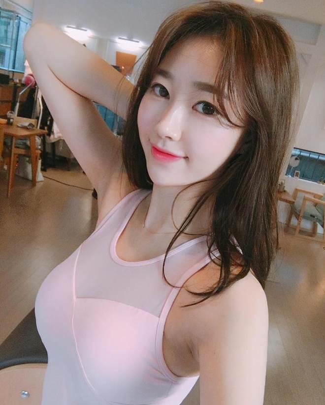 Giáo viên yoga Hàn Quốc có sở thích vén áo vì eo quá đẹp - 10