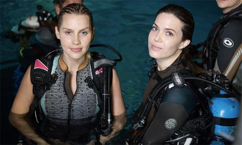 """Hai người đẹp """"chiến đấu"""" với đàn cá mập khiến khán giả rụng tim - 1"""