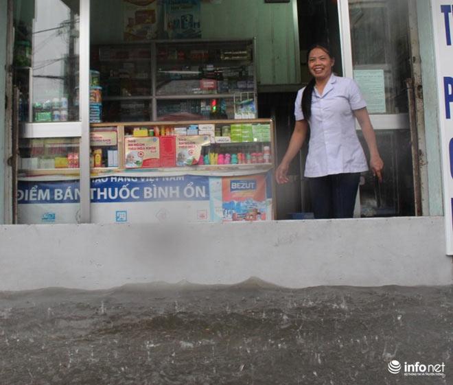 """TP.HCM: Người dân lại """"bơi"""" trong cơn mưa trắng trời, xe chết máy la liệt - 4"""