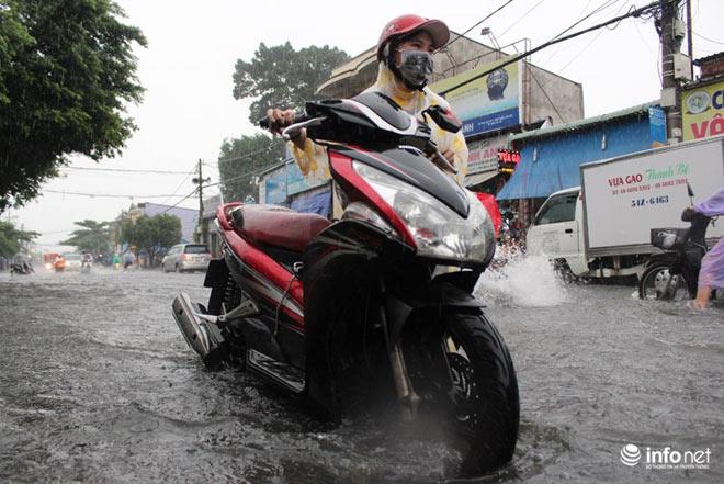 """TP.HCM: Người dân lại """"bơi"""" trong cơn mưa trắng trời, xe chết máy la liệt - 8"""