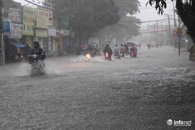 """TP.HCM: Người dân lại """"bơi"""" trong cơn mưa trắng trời, xe chết máy la liệt - 1"""
