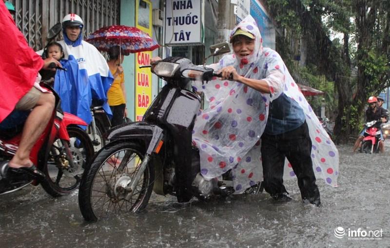"""TP.HCM: Người dân lại """"bơi"""" trong cơn mưa trắng trời, xe chết máy la liệt - 7"""