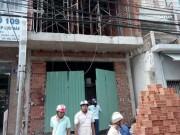 Bị phóng điện vì cầm thanh sắt gần đường dây điện