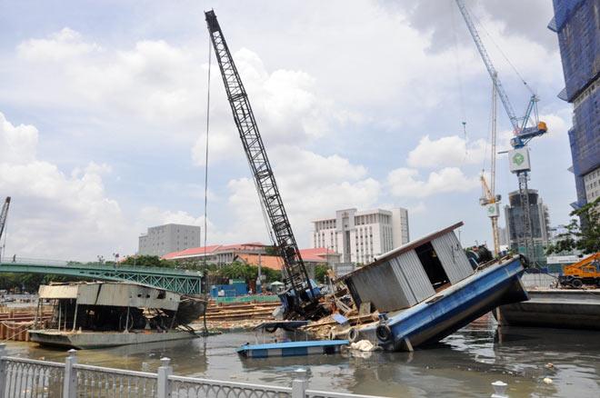 Sà lan đâm chìm 2 phương tiện thủy, nhiều người tháo chạy thục mạng - 1
