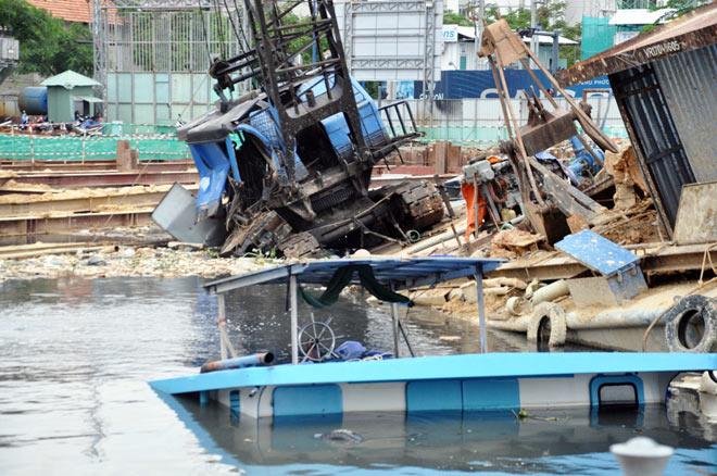 Sà lan đâm chìm 2 phương tiện thủy, nhiều người tháo chạy thục mạng - 2