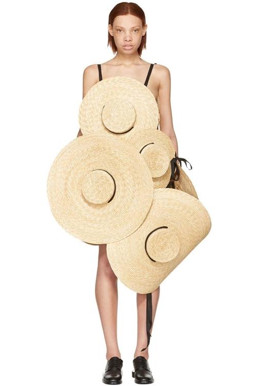 Váy làm 100% từ mũ, sáng tạo hay cạn ý tưởng? - 1