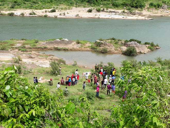 Nóng 24h qua: Tá hỏa phát hiện thi thể người phụ nữ lõa thể trôi sông - 1