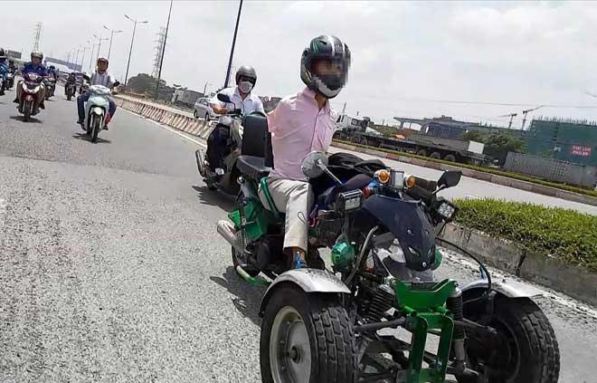 Sốc với hình ảnh người đàn ông không tay chạy xe máy tự chế trên phố SG - 1
