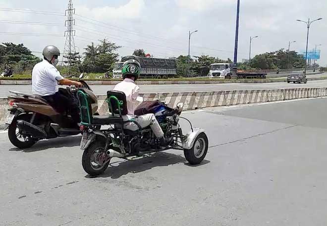 Sốc với hình ảnh người đàn ông không tay chạy xe máy tự chế trên phố SG - 2