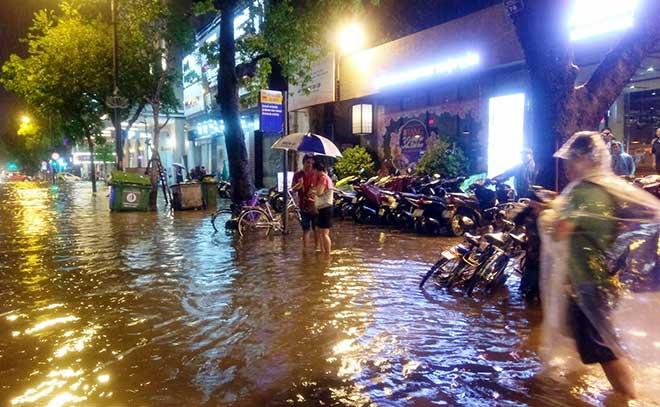HN: Mưa như thác đổ, nhiều tuyến phố biến thành sông - 1