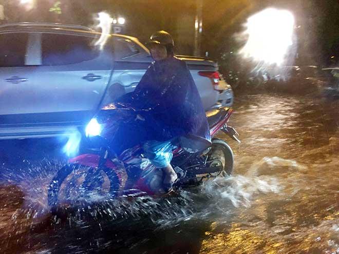 HN: Mưa như thác đổ, nhiều tuyến phố biến thành sông - 6