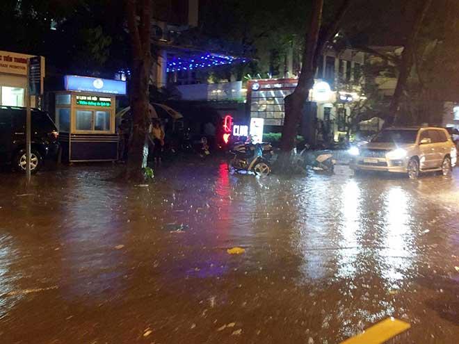 HN: Mưa như thác đổ, nhiều tuyến phố biến thành sông - 4