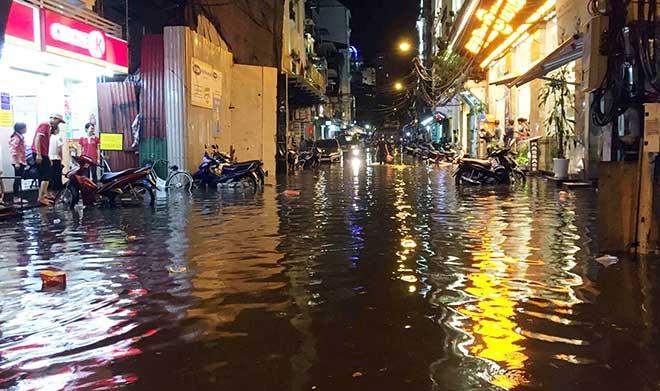 HN: Mưa như thác đổ, nhiều tuyến phố biến thành sông - 10