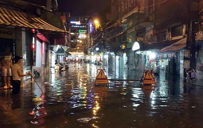 HN: Mưa như thác đổ, nhiều tuyến phố biến thành sông - 9