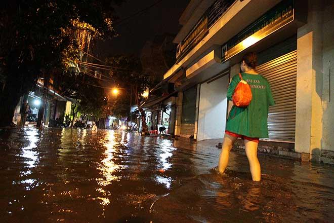 """HN: Mưa lớn kéo dài, dân phố cổ lội """"sông"""" về nhà - 1"""