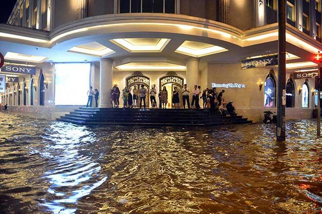 """HN: Mưa lớn kéo dài, dân phố cổ lội """"sông"""" về nhà - 6"""