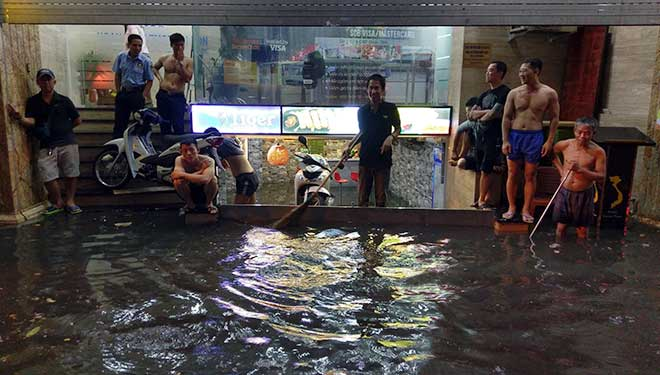 """HN: Mưa lớn kéo dài, dân phố cổ lội """"sông"""" về nhà - 5"""