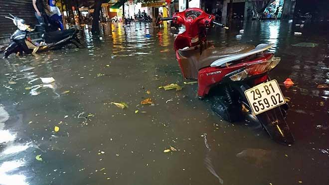 """HN: Mưa lớn kéo dài, dân phố cổ lội """"sông"""" về nhà - 3"""